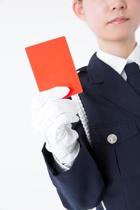 レッドカードを持つ女性警察官の写真素材 [FYI02005982]