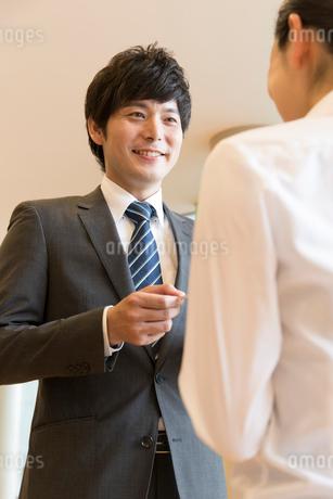 名刺交換するビジネスマンの写真素材 [FYI02006013]