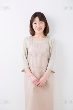 エプロン姿で微笑む主婦の写真素材 [FYI02006044]