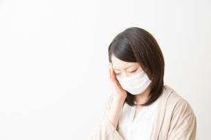 頭痛に悩む女性の写真素材 [FYI02006082]