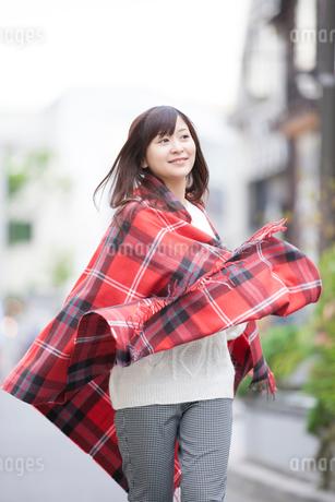 ストールを羽織る女性の写真素材 [FYI02006091]