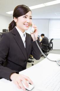電話対応する女性の写真素材 [FYI02006095]