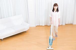 掃除をする女性の写真素材 [FYI02006108]
