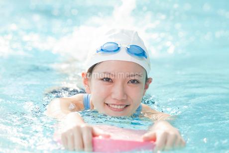 ビート板で泳ぐ女性の写真素材 [FYI02006132]