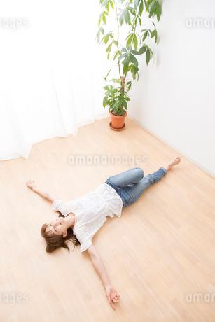 フローロングに寝転がる女性の写真素材 [FYI02006137]