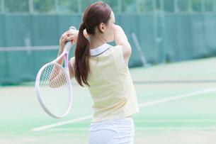 テニスをする女性の写真素材 [FYI02006170]