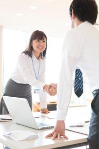 握手をするビジネスマンの写真素材 [FYI02006205]