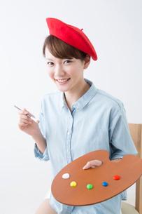 絵筆とパレットを持つ女性の写真素材 [FYI02006222]