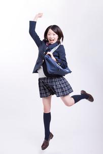 ジャンプする女子高校生の写真素材 [FYI02006232]