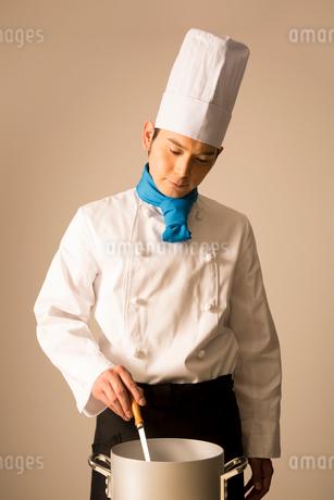調理をするコックの写真素材 [FYI02006243]