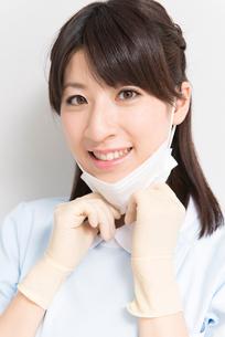マスクをする歯科衛生士の写真素材 [FYI02006255]