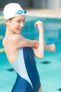 準備体操をする女性の写真素材 [FYI02006285]