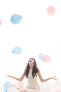 風船と戯れる女性の写真素材 [FYI02006317]