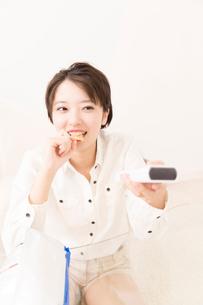 ポテトチップスを食べる女性の写真素材 [FYI02006325]