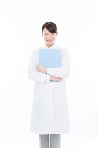 ファイルを抱える女性医師の写真素材 [FYI02006331]