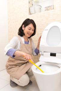 トイレ掃除をするシニア女性の写真素材 [FYI02006393]