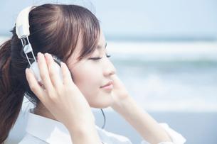 ヘッドホンで音楽を聴く女子高校生の写真素材 [FYI02006395]