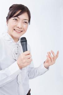 講演するビジネスウーマンの写真素材 [FYI02006469]