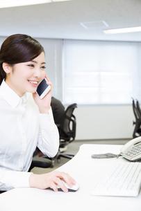 電話対応する女性の写真素材 [FYI02006485]