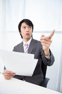 部下に指摘するビジネスマンの写真素材 [FYI02006497]