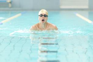 平泳ぎをする男性の写真素材 [FYI02006515]