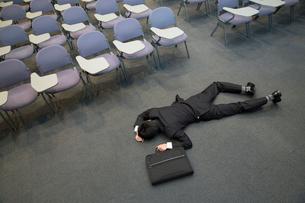 倒れるビジネスマンの写真素材 [FYI02006519]