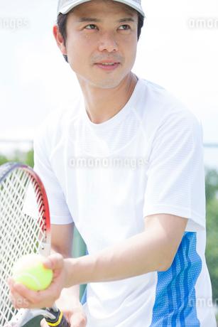 テニスをする男性の写真素材 [FYI02006555]