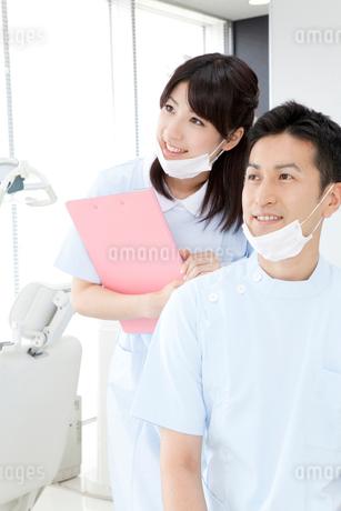 笑顔の歯科医と歯科衛生士の写真素材 [FYI02006568]