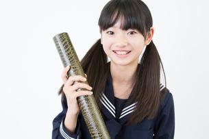 卒業証書を持つ女子中学生の写真素材 [FYI02006582]