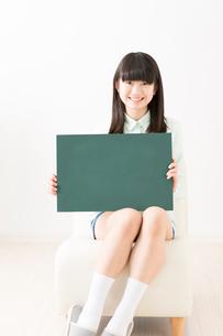 メッセージボードを持つ女の子の写真素材 [FYI02006597]