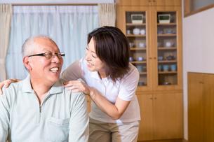 お爺さんを励ます介護福祉士の写真素材 [FYI02006620]
