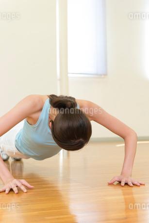 腕立て伏せをする女性の写真素材 [FYI02006623]