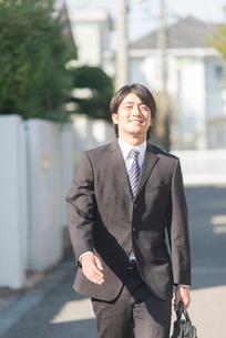 外を歩くビジネスマンの写真素材 [FYI02006631]