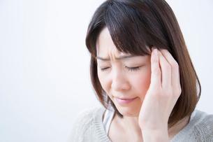 頭痛に苦しむミドル女性の写真素材 [FYI02006636]