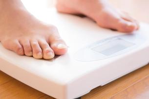 体重計に乗る女性の写真素材 [FYI02006642]