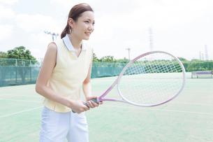テニスをする女性の写真素材 [FYI02006651]
