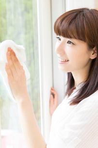 窓拭きをする女性の写真素材 [FYI02006652]