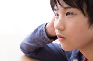 肩肘をつく少年の写真素材 [FYI02006688]