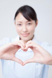 ハートマークを作って微笑む看護師の写真素材 [FYI02006689]