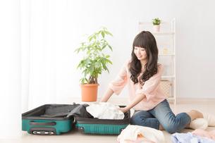 旅行の準備をする女性の写真素材 [FYI02006725]