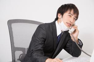 電話をするビジネスマンの写真素材 [FYI02006732]
