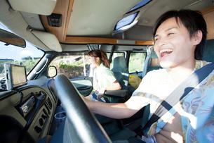 キャンピングカーに乗る男女の写真素材 [FYI02006735]