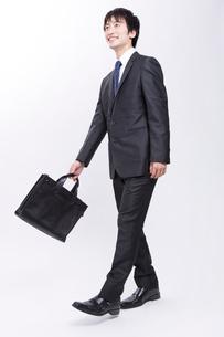 歩くビジネスマンの写真素材 [FYI02006744]