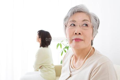 仲の悪い嫁と姑の写真素材 [FYI02006758]
