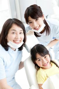 笑顔の歯科医と女の子の写真素材 [FYI02006764]
