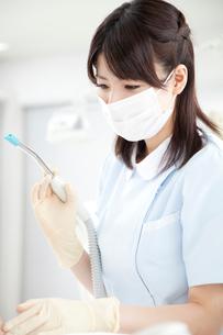 治療する歯科衛生士の写真素材 [FYI02006770]
