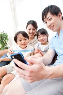 スマートフォンで写真を撮る親子の写真素材 [FYI02006771]