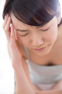 頭痛に苦しむ女性の写真素材 [FYI02006799]