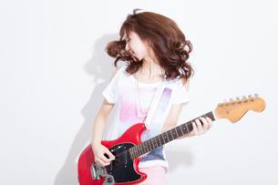 ギターを演奏する女性の写真素材 [FYI02006801]