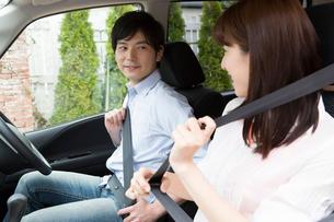 シートベルトを締めるカップルの写真素材 [FYI02006818]